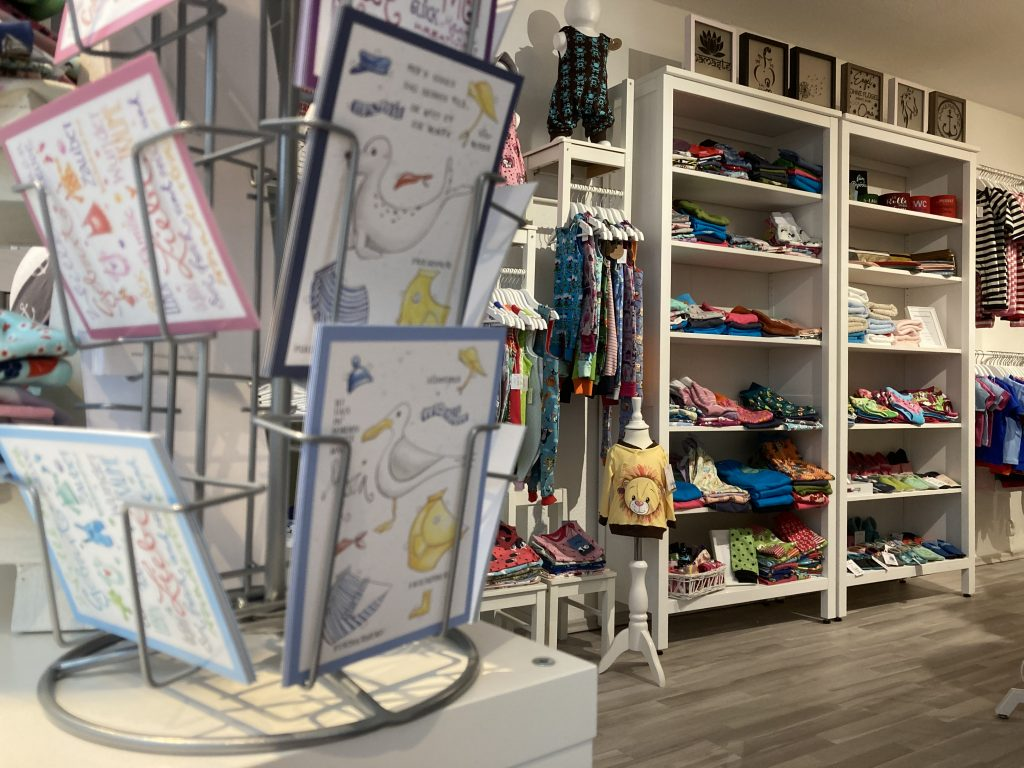 En Blick in das Innere vom Schleswiger Kinderbekleidungsgeschäft Schleizwerge